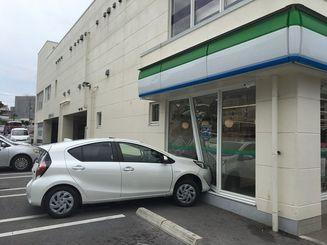 浦添市城間のコンビニに突っ込んだ乗用車=9日午前11時20分ごろ