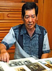 與那原清さんの思い出を語る長男の淳さん=27日午前、宜野湾市愛知の與那原さん宅