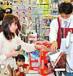 消費税増税を前に、紙おむつなどの日用品を買う利用客=29日、南風原町宮平・イオン南風原店