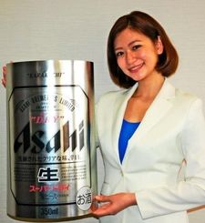 「アサヒスーパードライ」をPRするアサヒビールイメージガールの西田有沙さん=17日、沖縄タイムス社