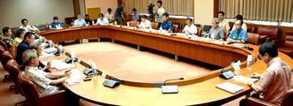 観光目的税制度の導入施行に関する第1回検討委員会で議論する委員ら=10日、県庁