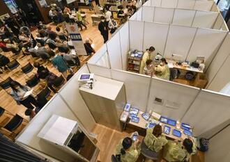 高齢者向け新型コロナウイルスワクチンの接種会場の様子=10日、神戸市