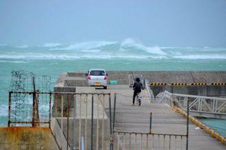石垣市では7日朝から風が強まり、登野城漁港の沖合では高波が押し寄せていた=7日午前9時40分ごろ、石垣市真栄里