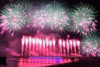 夜空を彩る安室奈美恵さんの引退ラストデー花火=2018年9月16日、沖縄県・宜野湾トロピカルビーチ