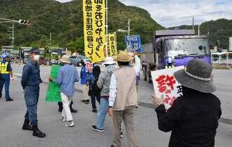 工事用の大型車両の搬入を止めようと集まった市民ら=30日午前10時ごろ、名護市安和の琉球セメント桟橋付近