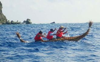 沖縄県与那国島で古代舟を造って試験航海する様子=2014年8月(国立科学博物館提供)