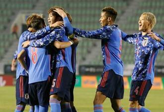 日本―中国 後半、ゴールを決め、チームメートに祝福される三浦(左から3人目)=釜山(共同)