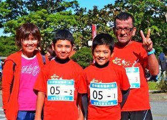 ファミリーコースで優勝した比嘉さん一家。右から康雄さん、聖音君、雄翔君、理恵さん