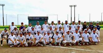 沖縄県予選で勝利し、マスターズ甲子園への出場を決めた読谷高校野球部OB=6月28日、金武ベースボールスタジアム