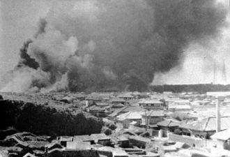 10・10空襲で燃え上がる那覇港。辻原からの撮影