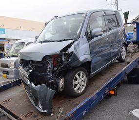 事故で前方が大破した歳男性の軽自動車=日午後、那覇市寄宮