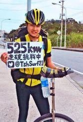 一輪車で525キロ走破に挑戦している土屋さん=国頭村辺土名の国道58号