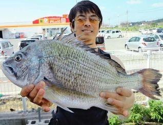16日、今帰仁海岸で54センチ3・15キロのチヌを釣った又吉哲也さん