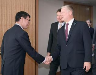 会談を前に握手を交わす河野外相(左)と米国のビーガン北朝鮮担当特別代表=14日午後、外務省(代表撮影)