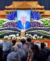 大田昌秀さんをしのび、多くの人が参列した告別式=15日、浦添市・いなんせ会館