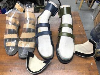 先天性疾患で足が内側に変形している車いす利用者向けに製作中の靴。足首からすね部分は変形の進行防止のため硬い素材を入れ、介助者が履かせやすいようにつま先部分も開くようにした