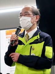 京都市役所で取材に応じる門川大作市長=21日夜