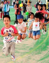 はい、ジャンプ。夢中で縄跳びをする子どもたち=4日、沖縄市・県総合運動公園レクリエーションドーム(金城健太撮影)