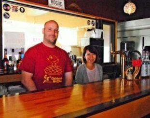 「これからお店を増やして東京にも出したいな」と話すオーナーのダゲット・コーディーさん(左)と、妻の金城千鶴さん=北谷町宮城