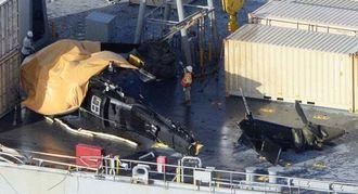 うるま市の伊計沖で艦船に着艦しようとして失敗した米軍ヘリコプター=8月12日(共同通信社ヘリから)