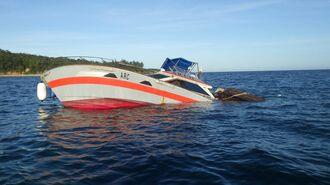 汀間漁港沖で座礁し、浸水した輸送船(中城海上保安部提供)