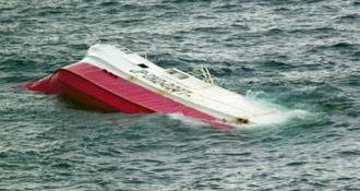 パラオ沖で転覆しているのが見つかった那覇市の第一漁徳丸=21日午前(第11管区海上保安本部提供)
