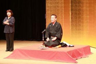 落語家の林家源平さんが、介護をテーマにした落語などを披露した講演会=11日、那覇市久茂地・パレット市民劇場