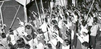 那覇空軍基地ゲート前で自衛隊配備に抗議する県民大会参加者=1972年10月6日、那覇市