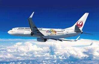 OCVBや県が作製した「憩うよ、沖縄。」のロゴが描かれたJTAの特別デザイン機(JTA提供)