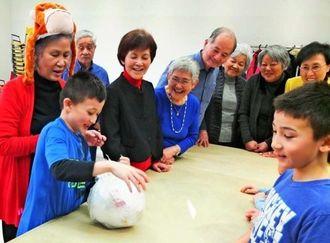 手作りのラップボールを使ってゲームを楽しむ会員ら=トロント市内の日系文化会館