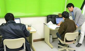 講師の米須惟謙さん(右)からパソコンの技術を学ぶ48歳男性(中央)と16歳少年=1月31日、うるま市勝連平安名・チャレンジドセンターてぃだ
