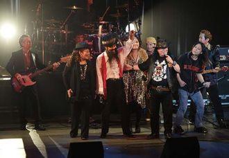 オキナワンロックのレジェンドが集結し、熱気に包まれたコンサート=12日午後、那覇市久茂地・タイムスホール