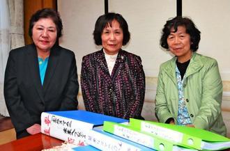 「宝ぬスマムニ」を継承しようと取り組む(左から)半嶺敬子さん、金城綾子さん、宮良和美さん=石垣市新川