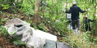 長尾橋の下に残されたごみを撤去した作業員ら=4日、国頭村比地
