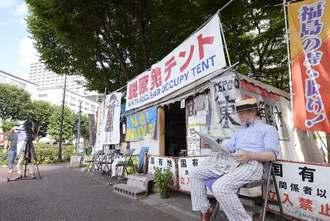 東京・霞が関の経産省の敷地内に市民団体が設置したテント。今後、東京地裁が強制的に立ち退きを執行するとみられる=1日午後