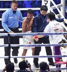 WBC世界フライ級タイトルマッチ 9回TKO負けを喫し、肩を落とす比嘉大吾=横浜アリーナ(田嶋正雄撮影)