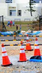 汚染現場に隣接する校庭で走り回る基地内学校の子どもたち=27日、沖縄市サッカー場