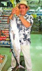 中城湾にて118センチ、9・25キロのサワラを釣った金城千代和さん=10月16日