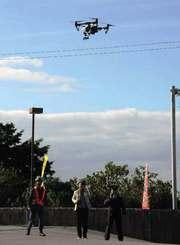高度140メートルまで上昇し、南城市玉城の広範囲の映像を映し出したドローン=26日、南城市玉城・島尻消防、清掃組合消防本部