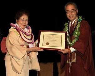 ハワイ版「人間国宝」とされる「リビング・トレジャー・オブ・ハワイ」の賞状を受け取る木田信子さん(左)=ハワイ州オアフ島ホノルル市内のホテル
