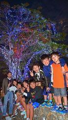 輝くガジュマルの前で恒例イベントの始まりを喜ぶ子どもたち=14日、浦添市経塚