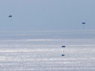 パラシュートで降下する米兵=18日午後1時20分ごろ、うるま市津堅島訓練場水域