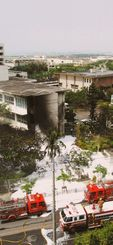 米海兵隊のCH53D大型輸送ヘリコプターが墜落した沖縄国際大=2004年8月13日、宜野湾市