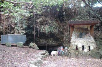 (資料写真)平和の像と、犠牲者の名前が記された石碑が設置されているチビチリガマの入り口=2010年