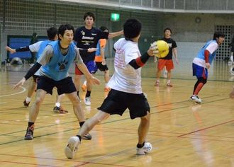 ホーム最終戦に向けて練習する琉球コラソン=14日、浦添市民体育館
