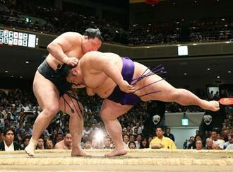 豪栄道(左)が上手投げで貴景勝を破る=両国国技館
