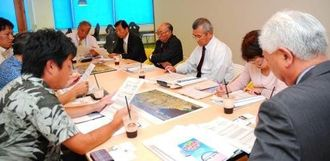 宜野湾ベイサイド情報センターの概要説明を受ける宮城県多賀城市議会の議員ら。市独自の産業支援施設は珍しいためしばしば視察があるという=2015年11月