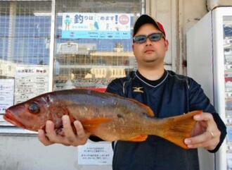 渡名喜島で50.8センチ、1.53キロのヒシヤマトビーを釣った東江和音さん=17日