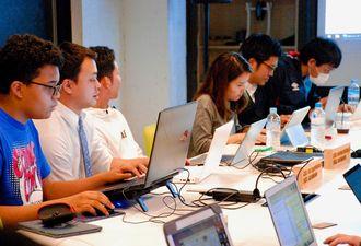 スタートアップカフェコザでプログラミングを学ぶ受講生たち=沖縄市中央・同カフェ