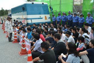 工事車両の侵入を警戒し座り込みに参加する市民=8日、名護市辺野古・キャンプ・シュワブゲート前